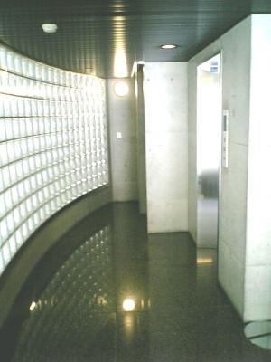 下北沢 賃貸 マンション デザイナーズ 4階 コンクリート打放 オートロック エレベーター 白大理石調床 エントランス写真